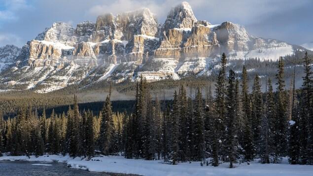 Des montagnes enneigées, la forêt et une rivière plus bas