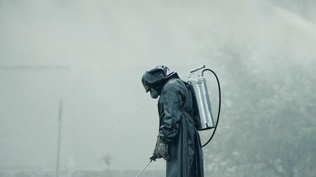 Un homme en tenue antiradiations.