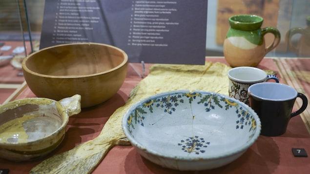Une vitrine contenant de la porcelaine.