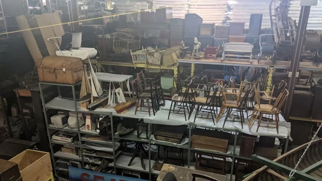 Un entrepôt avec des objets entreposés.