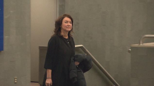 Nathalie Normandeau dans un corridor du palais de justice