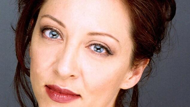 Visage d'une femme aux yeux bleus