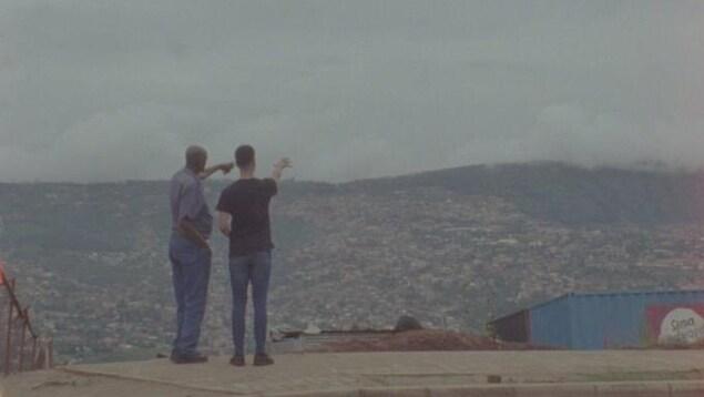 Sébastien Desrosiers et son père pointant l'horizon.
