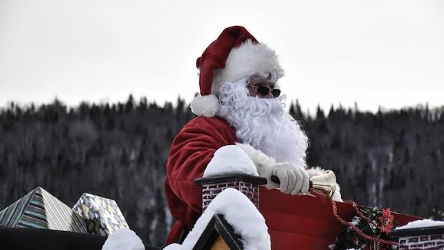 Un père Noel dans un char allégorique