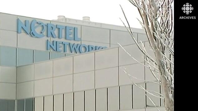 Dans un ciel hivernal, sur un édifice non identifié, la bannière de Nortel Networks.