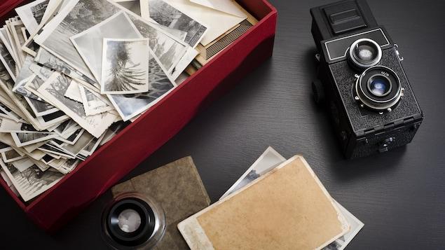 Une boîte de photos et un appareil photo