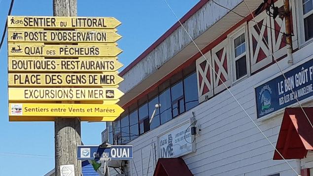 Un panneau de directions pour les es activités aux Îles.