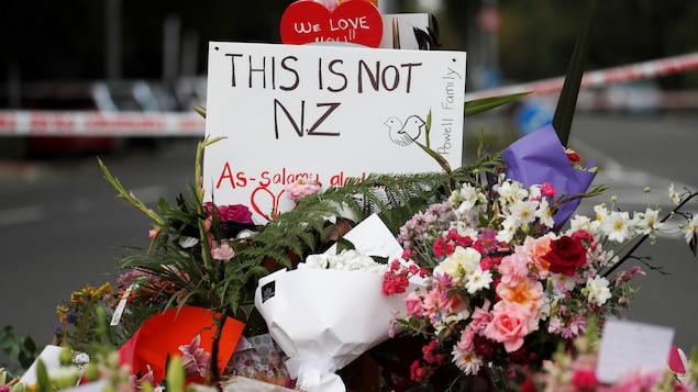 Un mémorial a été aménagé près de la  mosquée Al Noor en hommage aux victimes de la une fusillade de Christchurch, en Nouvelle-Zélande.