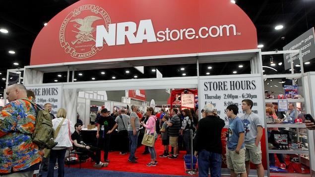 Des membres de la NRA sont devant une boutique de la NRA.