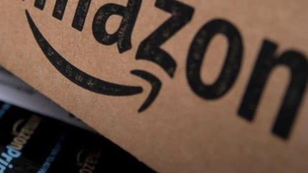 Logo d'Amazon sur une boîte de livraison.