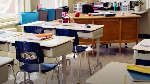 Une classe d'école vide.
