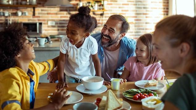 Les parents et les enfants d'une famille recomposée ont du bon temps ensemble.