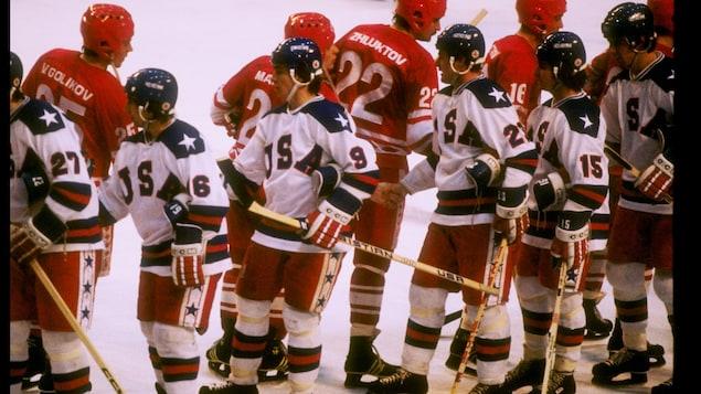 Photo prise sur la glace sur laquelle on voit les joueurs munis de tout leur équipement.