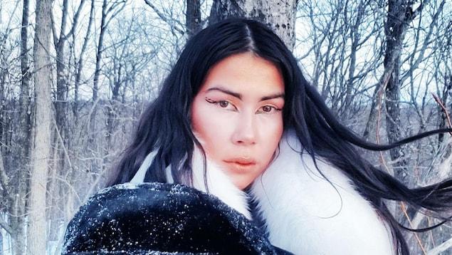 Portrait d'Anachnid dans la forêt en hiver. Elle porte un manteau de fourrure.