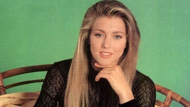 Portrait de Julie Masse, jeune, sur fond vert.