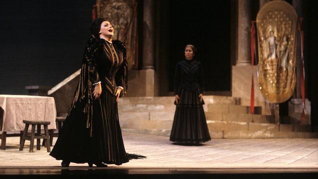La soprano Nicole Lorange en costume d'époque chante dans Cavalleria Rusticana présenté à l'Opéra de Montréal en 1985.