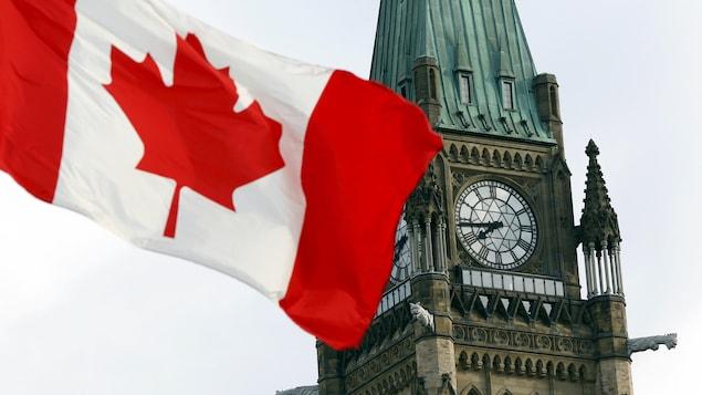 Le drapeau canadien flotte sur la colline du Parlement.
