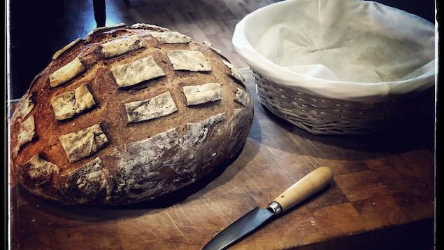 Un pain fait maison sur une table.