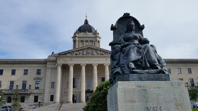 La statue de la reine Victoria devant le Palais législatif du Manitoba