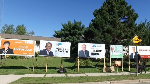 Sept pancartes sont installées côte à côte au même endroit.