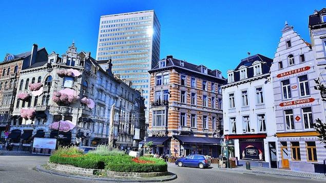 Les édifices historiques de pierre blanche bordent le rond point en pavé de la place.