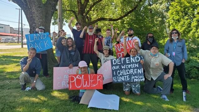 Des anciens résidents de Strathcona aux côtés de membres de VANDU, WAHRS et Red Braid Alliance ont le point dans les airs avec des affiches.