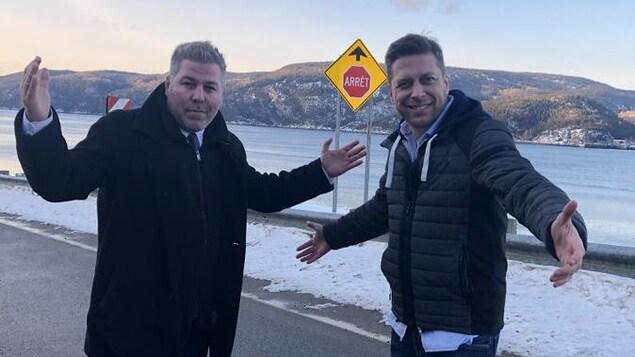 Pascal Bérubé, chef parlementaire du Parti Québécois et Martin Ouellet, député de René-Lévesque , sur la route 138, en attente du traversier à Baie Ste-Catherine