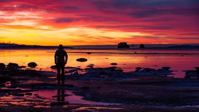 Paysage à Port-Cartier lors du coucher de soleil, avec le bateau Lady Era