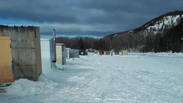 Petites cabanes de pêche à l'embouchure de la rivière Laval tout près de Forestville, sur la Côte-Nord