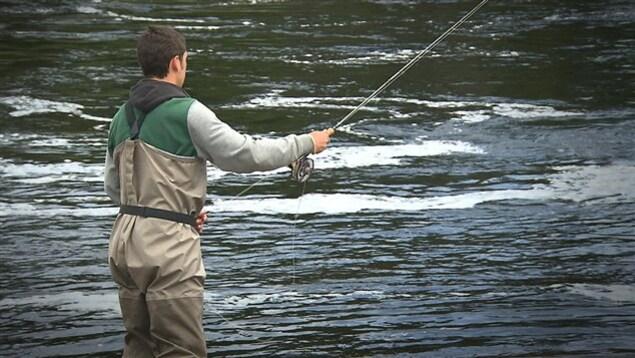 Un pêcheur dans une rivière à saumons