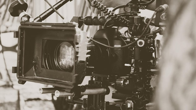 Gros plan d'une grosse caméra.