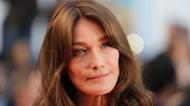 Portrait en gros plan sur le visage de Carla Bruni.