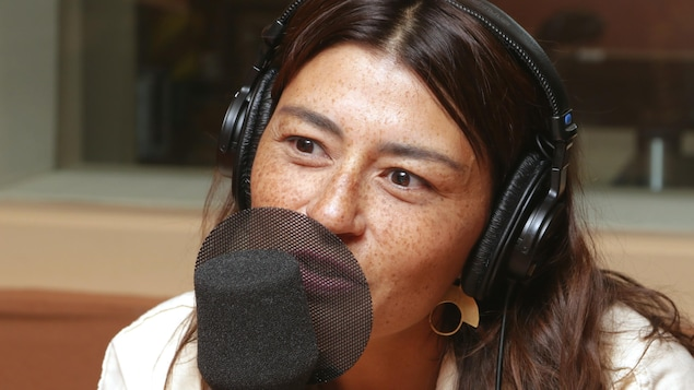 Portrait d'Elisapie devant un micro de radio.