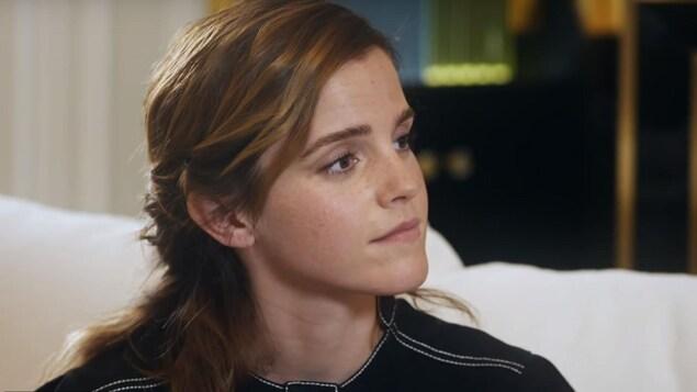 Capture d'écran montrant Emma Watson en entrevue sur un sofa.