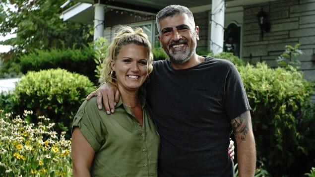 Le couple pose avec de grands sourires.