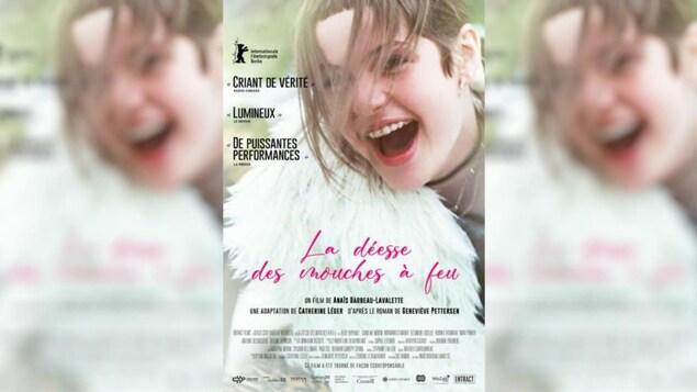 Une affiche montrant une jeune fille avec un grand sourire.