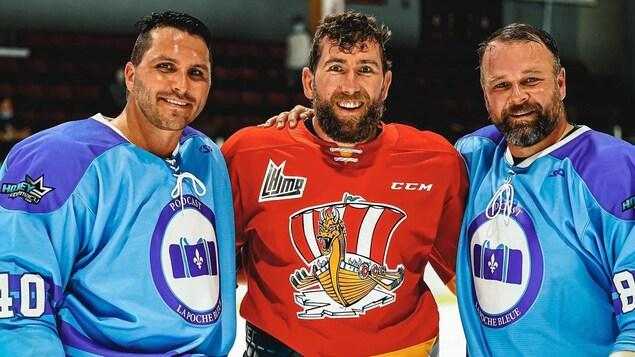 Guillaume Latendresse et Maxim Lapierre portent des chandails de hockey de La poche bleue et Pierre-Cédric Labrie porte un chandail du Drakkar.