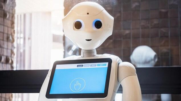 Un robot avec un visage et une tablette tactile au niveau de la poitrine.