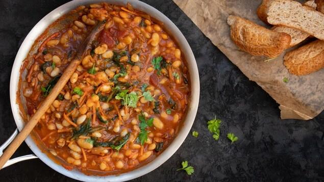 Le ragoût cuit dans une casserole.
