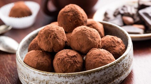 Une dizaine de truffes servies dans un bol.