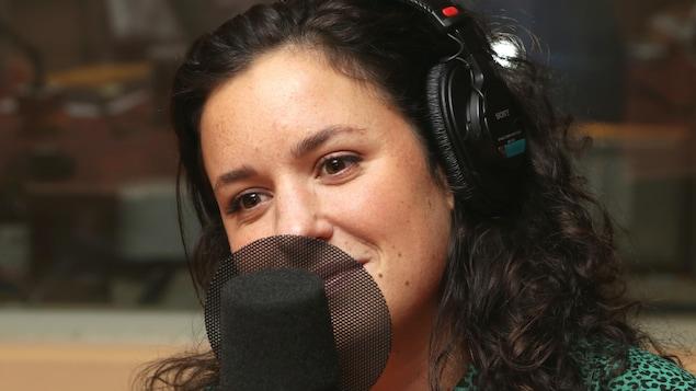 Photo de Virginie Fortin devant un micro de radio.