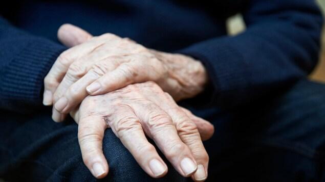 Les mains d'un homme âgé.