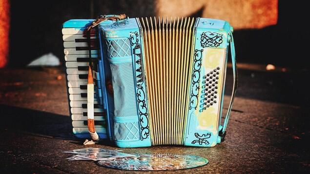 Un accordéon bleu sur le sol.