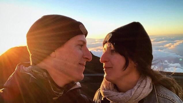 Anne-Élisabeth Bossé et Guillaume Pineault se regardent amoureusement.