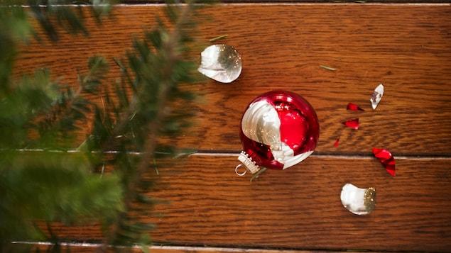 Une boule de Noël éclatée sur le sol.