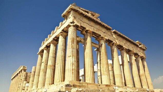Le Parthénon, situé sur l'acropole d'Athènes, est constitué entièrement de marbre.