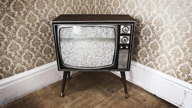 Une télévision antique présentant une image brouillée.