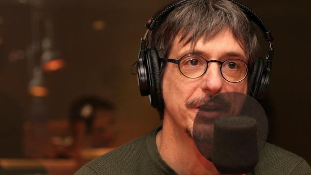 Philippe Falardeau s'exprimant au micro dans un studio de radio.