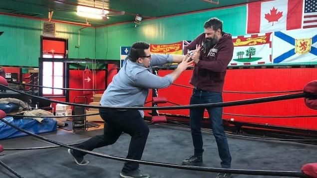 Deux hommes luttent sur un ring.
