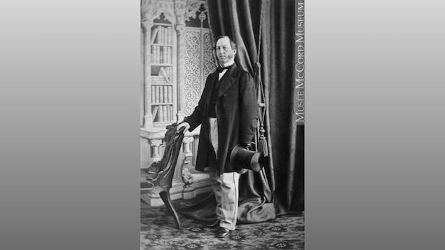 Une photo portrait en noir et blanc d'un homme du 19e siècle.